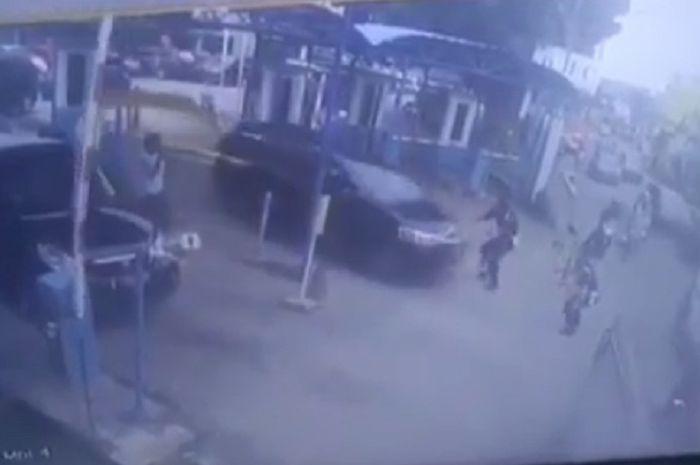 Pelaku hipnotis melindas satpam dan nyaris menabrak pemotor.