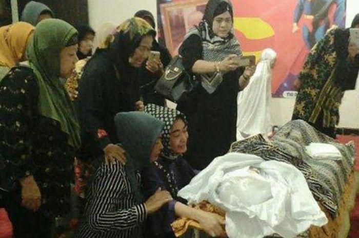 Uut Permatasari histeris melihat ayahnya meninggal dunia karena kecelakaan.