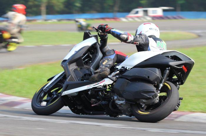 Yamaha XMAX 250 balap milik Emmo Project