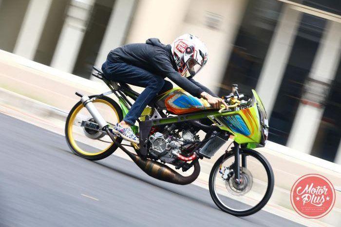 Ilustrasi pengendara Kawasaki Ninja 150.
