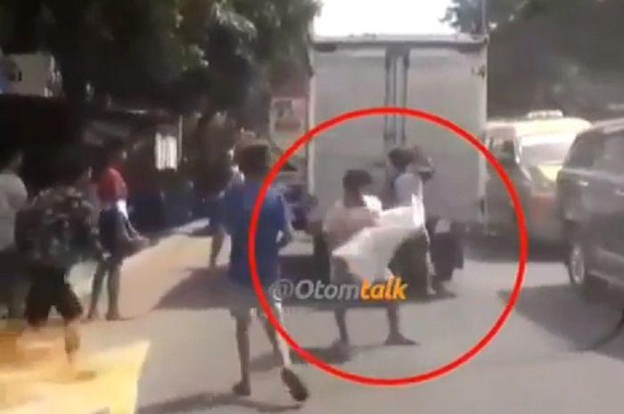 Kawanan bajing loncat menjarah barang dari mobil box di Medan, Sumut.