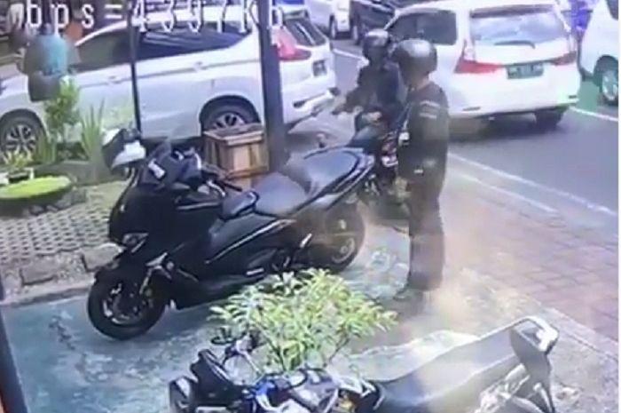 Maling gasak barang berharga dari bawah jok Yamaha TMAX di Bali.