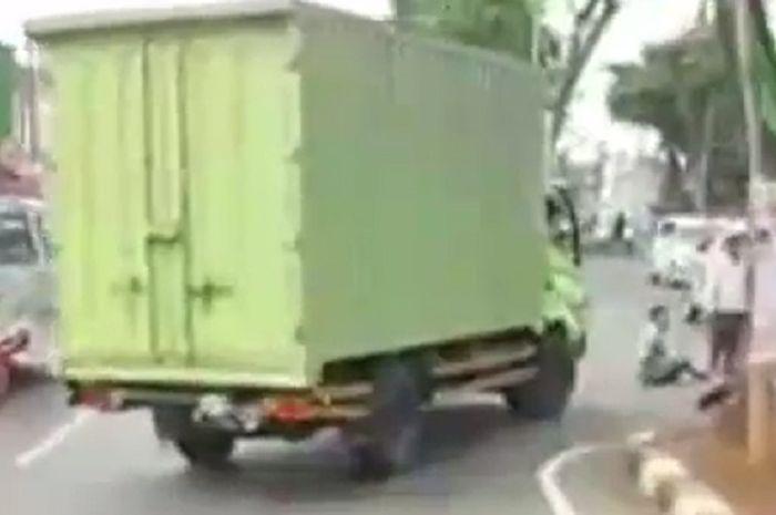 Kecelakaan motor vs truk