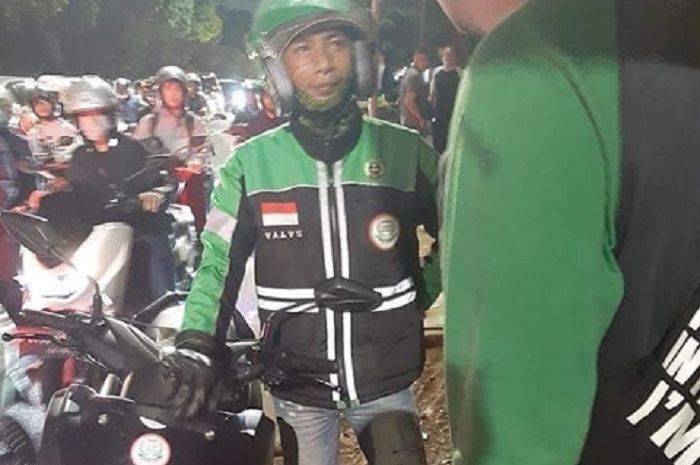 Driver ojol dipukul dan motor ditendang penumpang yang mabuk minuman keras di Ragunan, Jaksel.