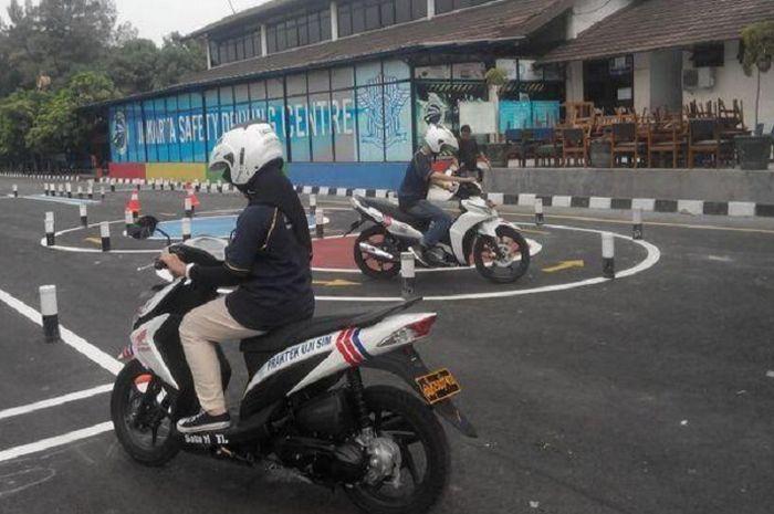 Ilustrasi praktek SIM C di Samsat, kalau gagal apakah uang akan kembali?