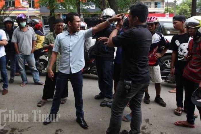 Debt Collector berkelahi dengan nasabah saat menarik mobil yang jatuh tempo di Jl Hertasning Baru, Makassar, Minggu (9/10/17).