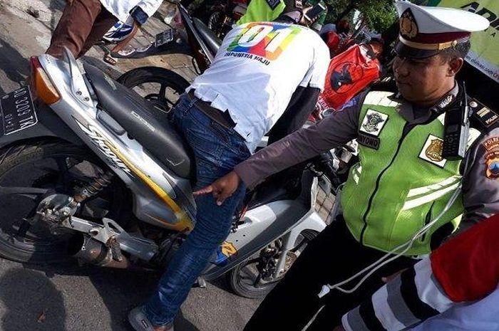 Petugas kepolisian mengamankan peserta kampanye yang menggunakan knalpot brong