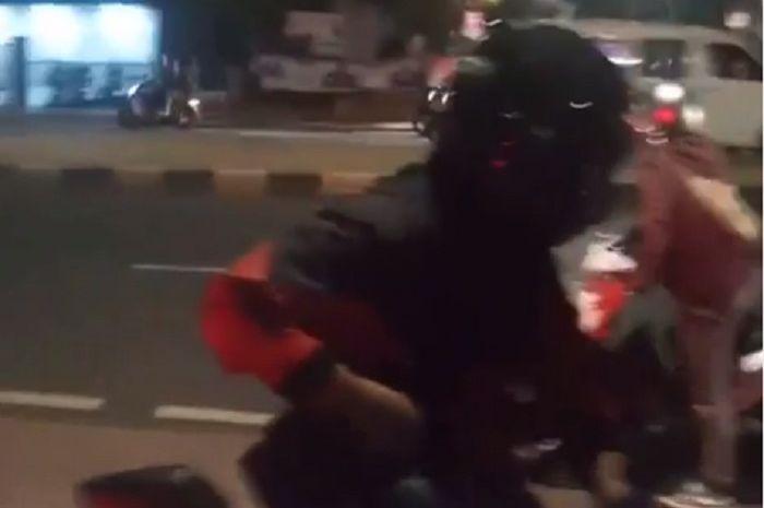 Begal tebar ancaman di jalan Antasari, Jaksel, pemotor disabet golok.