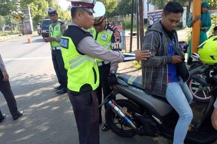 Pemakai knalpot brong ditangkap polisi di Jepara.