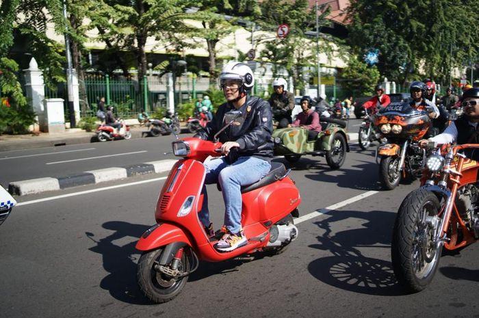 Diaz Hendropriyono yang berkendara aman menggunakan Vespa merah dari Kantor Staf Khusus Presiden di jalan Veteran III, Jakarta Pusat ke Jalan Gunawarman, Kebayoran Baru, Jakarta Selatan, Minggu (14/4/2019).