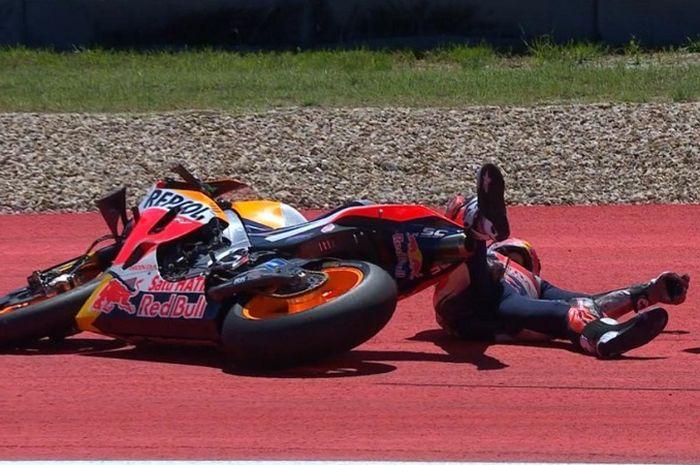 Marc Marquez terjungkal saat melahap tikungan ke-12 di MotoGP Amerika.