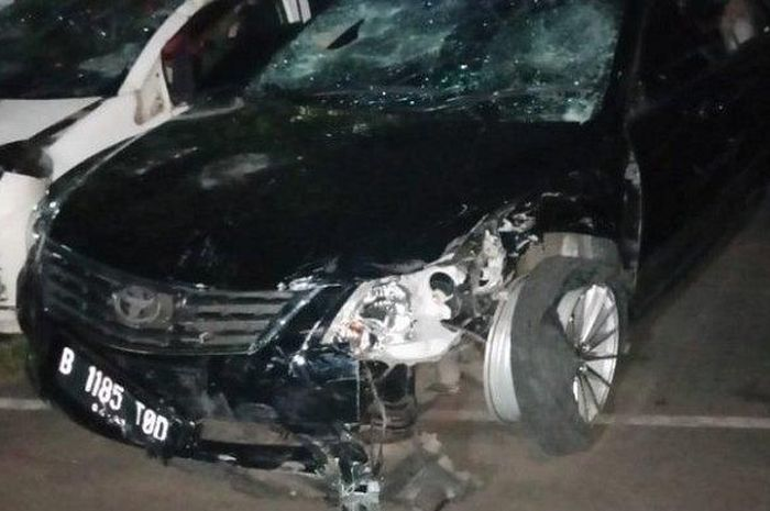 Kondisi mobil Toyota Camry warna hitam yang dikemudikan tersangka DS (38) pelaku tabrak lari setelah diamankan Kepolisian Daerah Metro Jaya, Kamis (18/4/2019) malam.