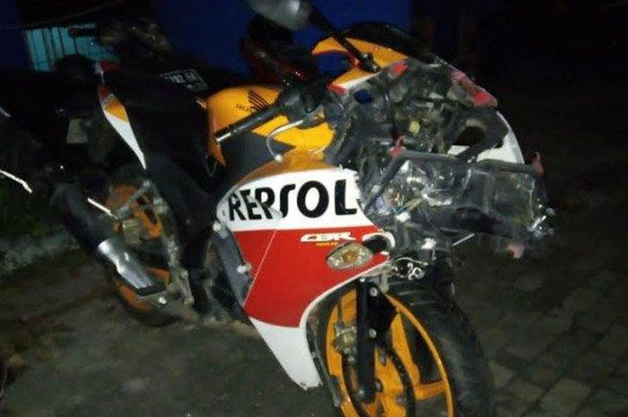 Honda CBR150 hancur usai tabrak belakang truk di Tuban, Jatim.