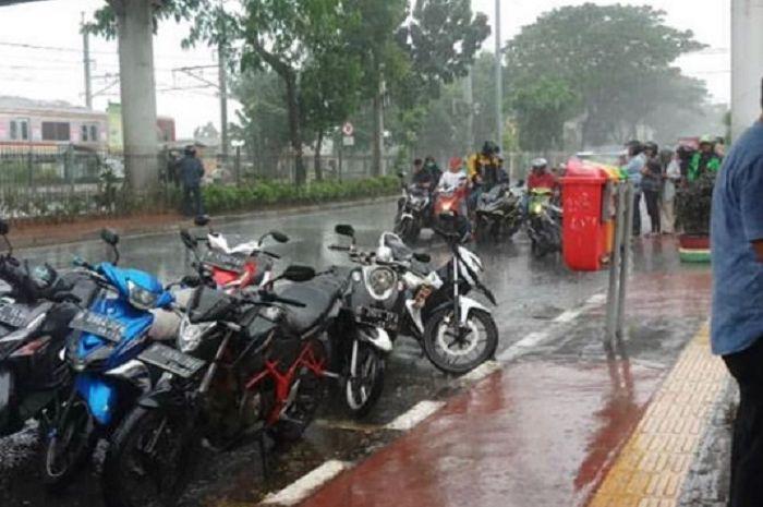 Bikers harus melakukan persiapan jelang musim hujan.