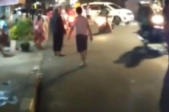 Tawuran warga lawan geng motor di Matraman.