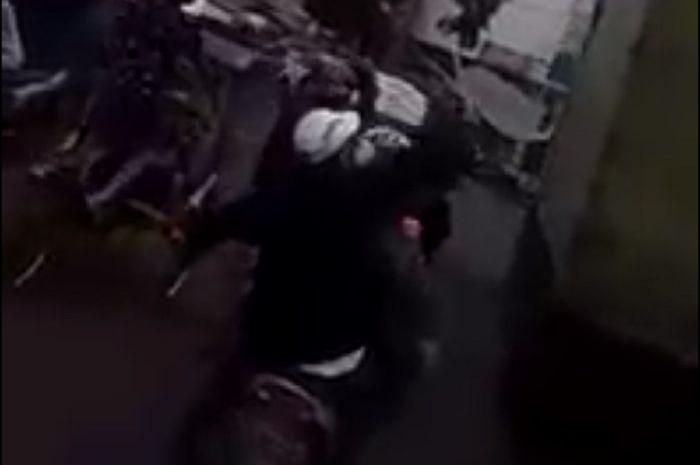Bentrok pemuda bersenjata tajam dengan ormas di Bandung, Jawa Barat, seorang terkapar.