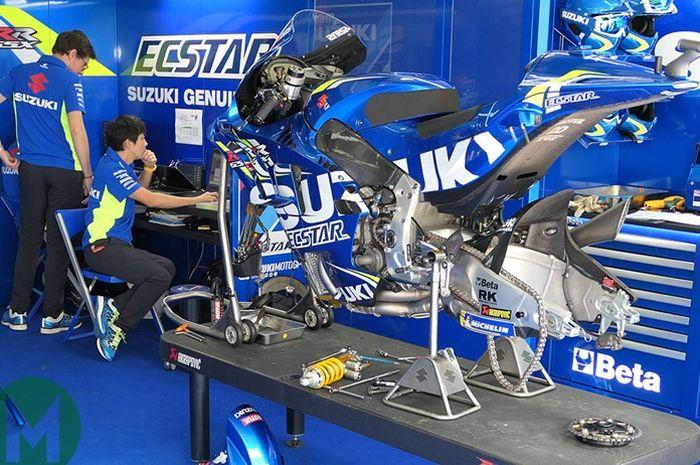 Kru Suzuki Ecstar sedang melakukan servis motor GSX-RR