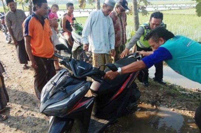 Motor Honda Vario 125 ditemukan di tepi sawah