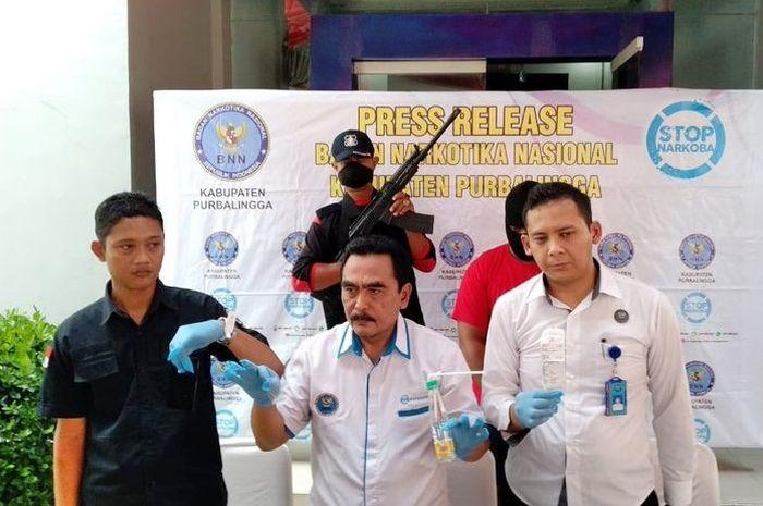 Kepala BNNK Purbalingga Jawa Tengah Istantiyono (tengah) menunjukkan barang bukti sabu-sabu