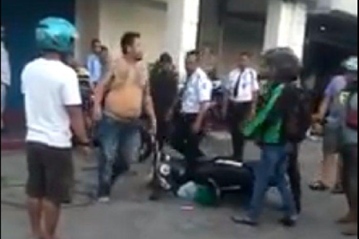 Motor driver ojol ditendang pria bertato yang juga pengendara mobil di Kudus.