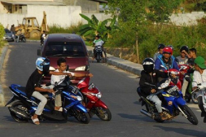 Ilustrasi pemotor ngebut di jalan raya.