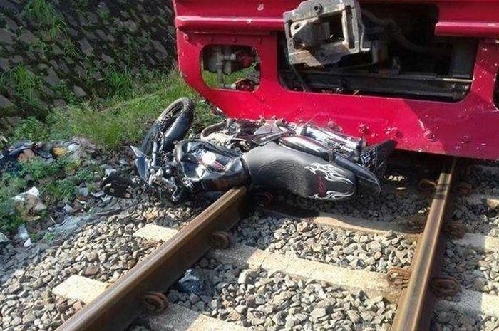 Pengendara motor tewas tertabrak KRL dengan kondisi motor terjepit