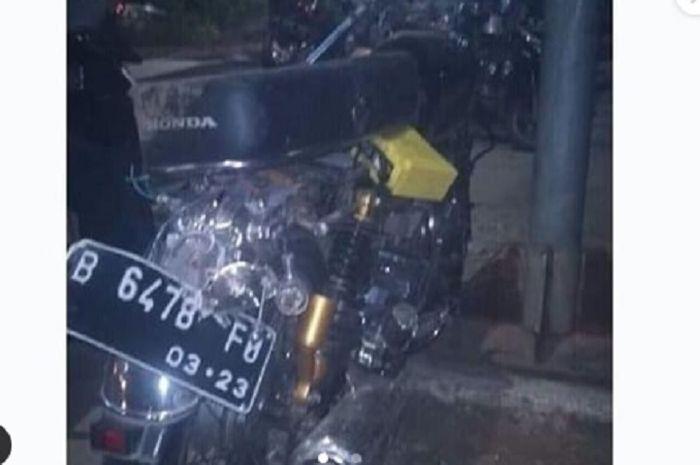 Honda CB rusak parah terparkir di halte Busway, Klender Jaktim.