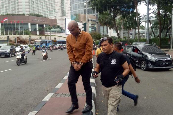 WNA diamuk massa lantaran mengendarai mobil dengan melawan arus, Thamrin, Jakarta Pusat, Rabu (15/5/2019).