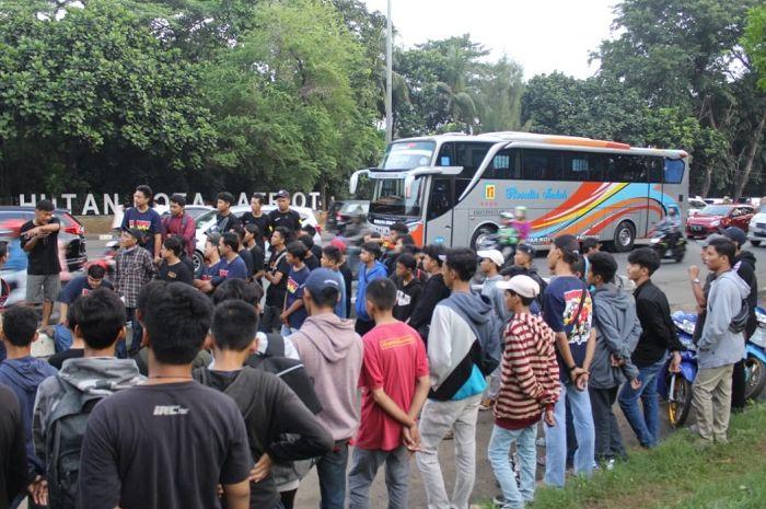 Honda Wave Bekasi bagi-bagi takjil di Sumarecon, Bekasi.
