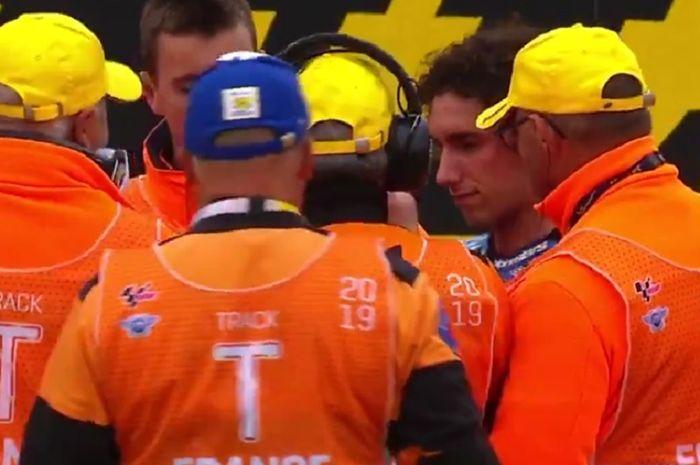 Alex Rins dikerubungi flag marshal MotoGP Prancis saat buka helm