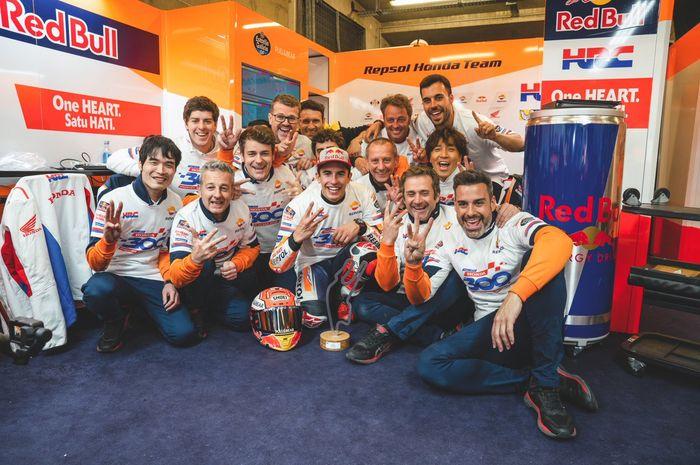 Marc Marquez dan kru rayakan juara MotoGP Prancis. Ada yang aneh unjuk jari dan kaos kok angkanya beda sih?