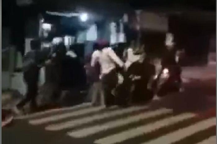 Gengster ditangkap dan diinjak-injak warga yang geram.