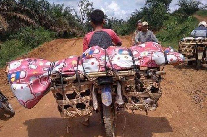 Viral jenazah diangkut menggunakan motor karena jalan rusak