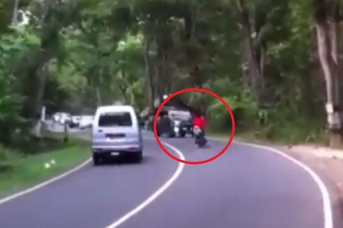 Pengendara motor hampir ditabrak iring-iringan komunitas mobil karena menyalip di garis putih tanpa putus-putus