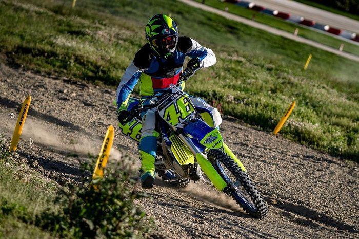 Valentino Rossi gak kalah piawainya menunggangi motor motocross YZF250 di MotoRanch VR46 Tavulia