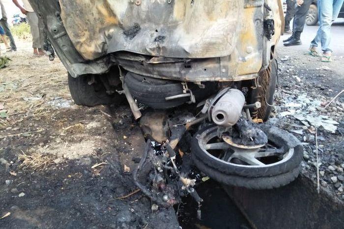 Dua motor dan satu mobil hangus terbakar akibat kecelakaan di Subang, Jawa Barat