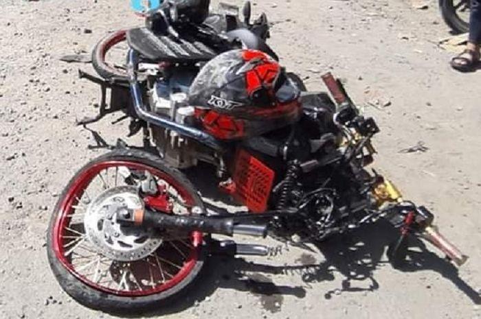 Yamaha V-Ixion hancur berantakan usai tabrakan dengan dump truk di jalur Ngawi-Solo.