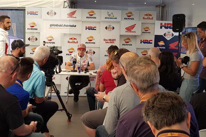 Suasana konferensi pers Marc Marquez di paddock Repsol Honda di MotoGP Italia 2019