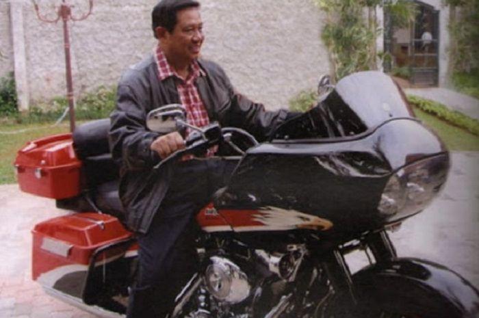 Mantan Presiden RI, SBY saat menjajal Harley-Davidson Road Glide Ultra.