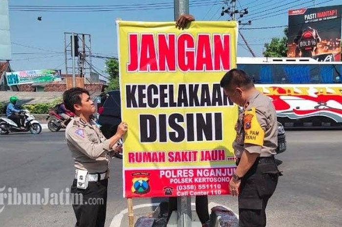 Polsek Kertosono memasang baliho unik imbauan agar para pengendara hati-hati di jalan.