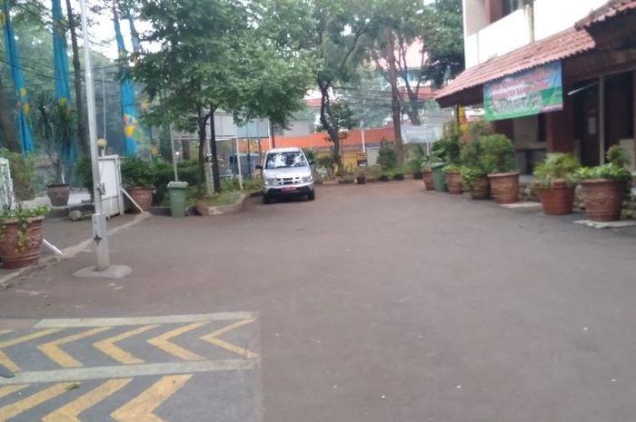 Halaman parkir kantor kecamatan Kebayoran Baru, Jakarta Selatan