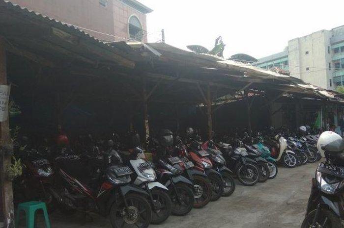 Penitipan motor di sekitaran halte busway Pinang Ranti, Jakarta Timur