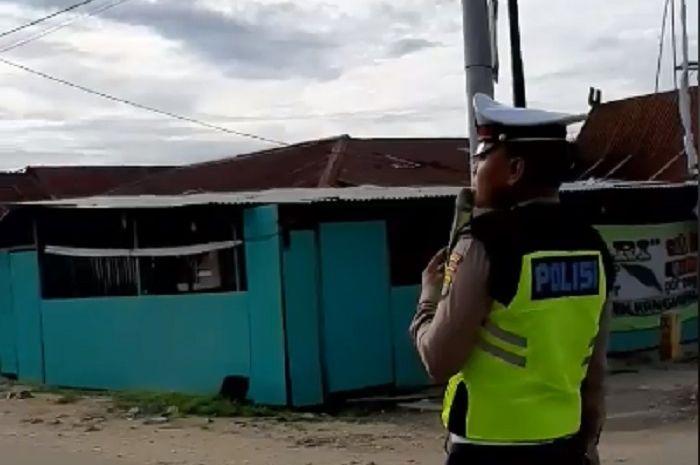 Seorang polisi dari Satlantas Polda Sultra menggalang dana untuk korban banjir Sulawesi.