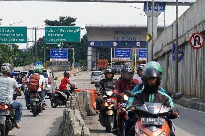 Banyak pengendara motor yang melawan arus dan tidak memakai helm.
