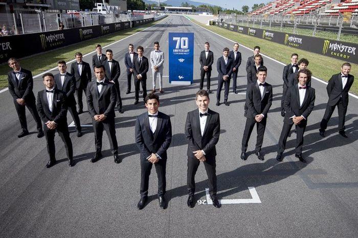 Para pembalap memakai jas di MotoGP Catalunya 2019