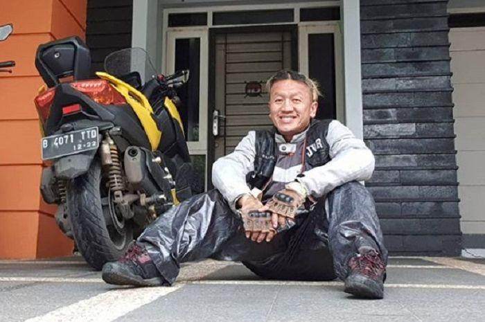Sandy Pas Band ternyata hobi turing, motor kesayangannya Yamaha XMAX.