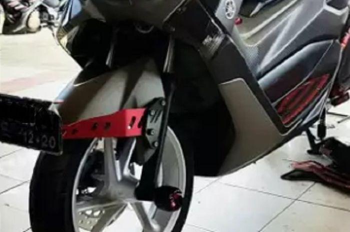 Dudukan pelat nomor motor Yamaha NMAX rawan patah.