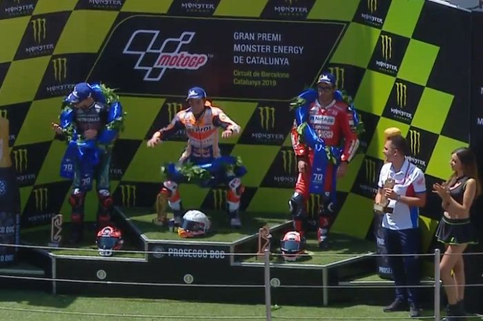 Kelakuan kocak Marc Marquez saat di atas podium MotoGP Catalunya 2019