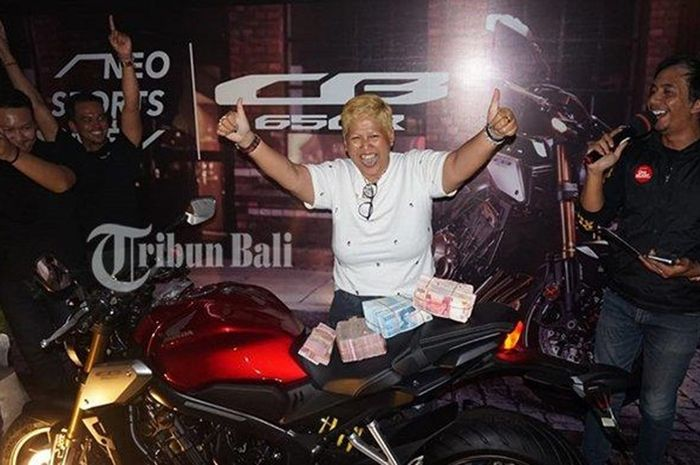 Linda Donna dan motor Honda CB650R yang dibeli cash