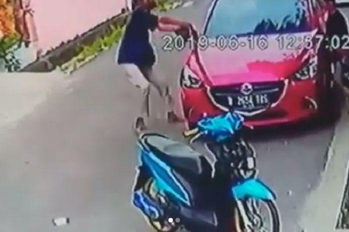 Aksi pemotor Honda BeAT colong spion mobil